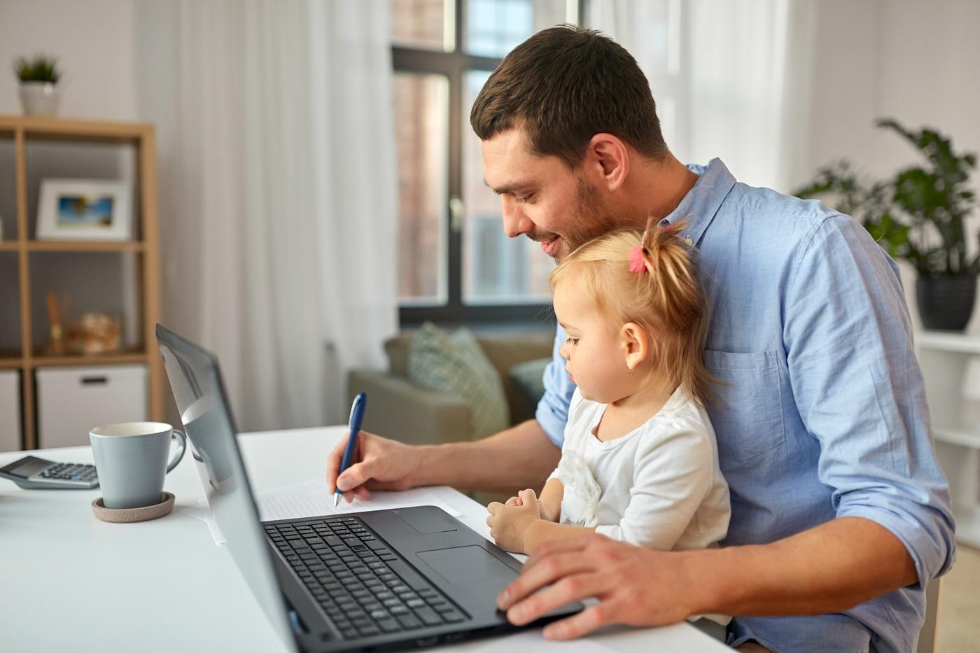 Vater mit Tochter an Laptop